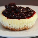 Mini cheesecake, blackberry topping